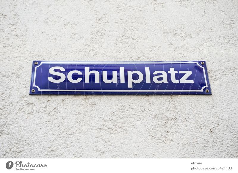 """Schild """"Schulplatz"""" Straßenschild Wand Mitteilung Name Schrift Bezeichnung lesen Schule Platz Mauer Emailleschild Außenaufnahme Schriftzeichen Buchstaben"""