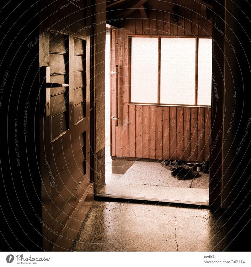 Vestibül Mauer Wand Fenster Tür Bodenbelag Stein Holz Kunststoff fest stagnierend offen Griff Halterung Schuhe trist Farbfoto Innenaufnahme Detailaufnahme