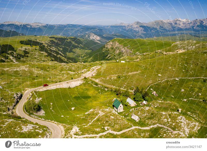 Durmitor Nationlapark Roadtrip Straße roadtrip Häuser bulli VW T6 VW Bus Montenegro durmitor Wiese Berge u. Gebirge Drohnenansicht Luftaufnahme hügelig
