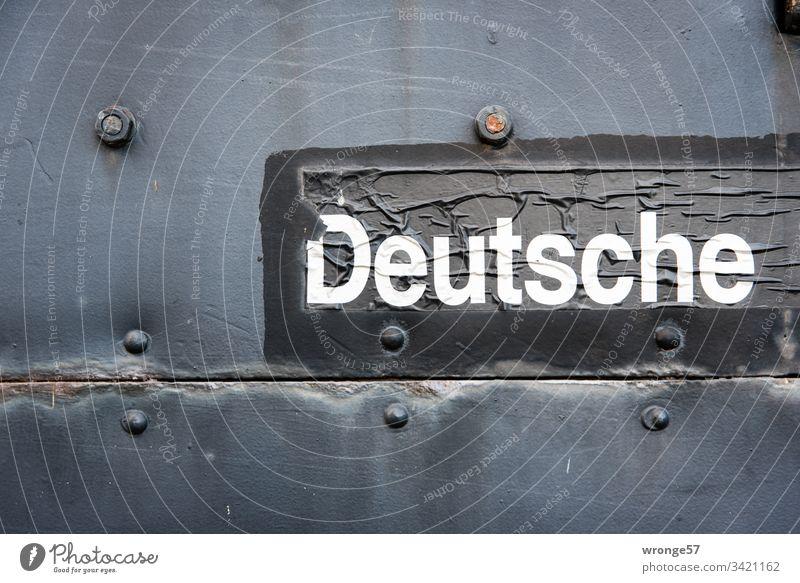 Schriftzug Deutsche auf einem historischen Eisenbahnwaggon Schriftzeichen Wort Buchstaben weiß schwarz Farbfoto Sprache Deutsche Reichsbahn Waggon