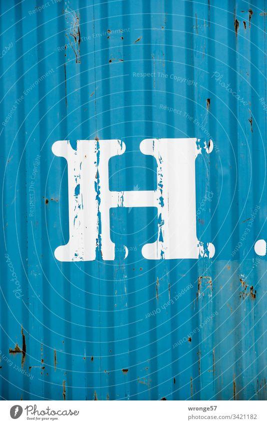 Weißer Buchstabe H auf der Wand eines blauen Containers Großbuchstabe weiß Letter Containerwand Buchstaben Schriftzeichen Menschenleer Schilder & Markierungen