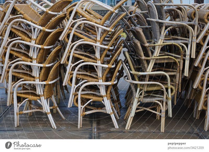 Stühle gestapelt Sitzgelegenheit Stuhl leer Ferien & Urlaub & Reisen Möbel Menschenleer Außenaufnahme Platz warten Holz zusammenpacken Einsamkeit trist ruhig