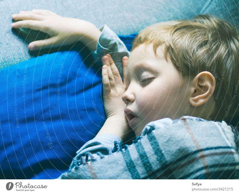 Kleiner blonder Junge schläft unter einer Decke wenig Kind blau Bett Kindheit Kopfkissen schlafen niedlich träumen ruhen Schlafenszeit sich[Akk] entspannen