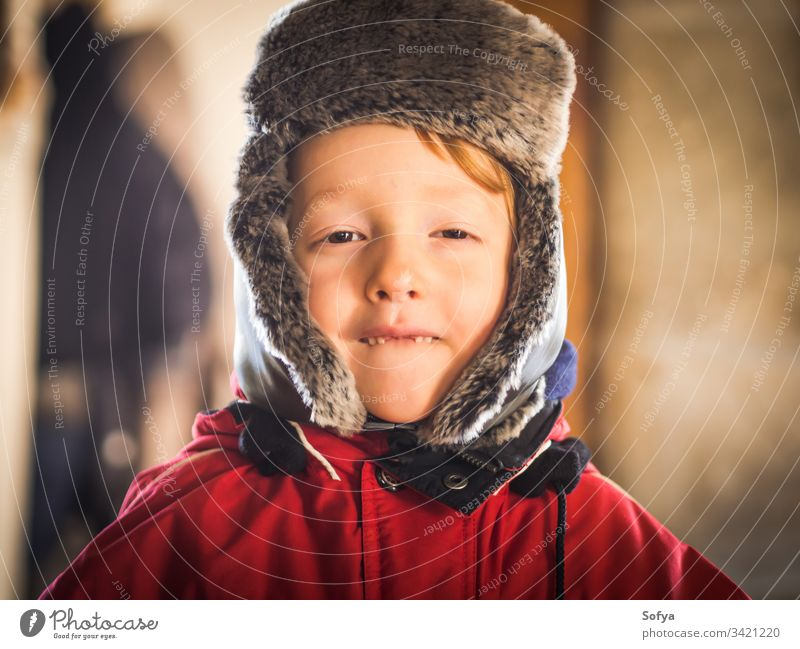 Kleiner Junge im Schneeanzug macht lustige Ausdrücke Winter Kind Glück wenig Aussehen Gesicht Auge weiß Kaukasier kalt Hut Verschlussdeckel niedlich Spaß Saison