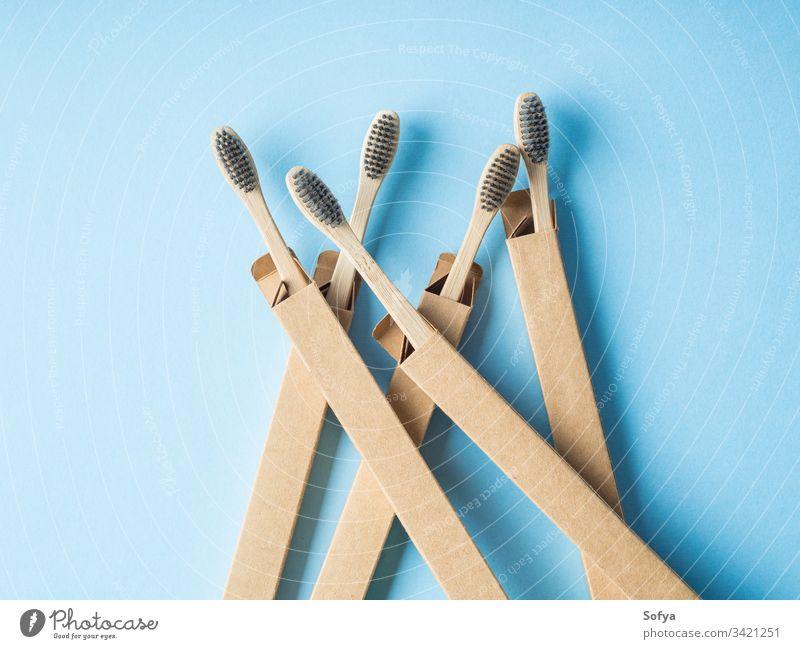 Biologisch abbaubare Zahnbürsten aus Bambus auf blau dental umweltfreundlich Karton Verpackung Kasten null Abfall Hintergrund Hygiene Bürste Gesundheit