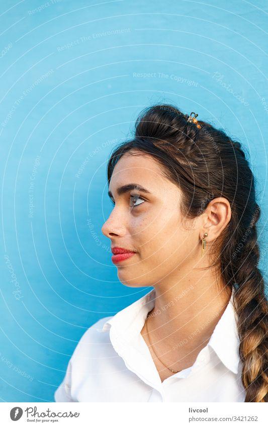 schönheit frau , trinidad - kuba jung Kellnerin Frau Menschen Kuba Karibik Insel Straße blau Lächeln Junge Frau Porträt Lifestyle echte Menschen Latein ethnisch