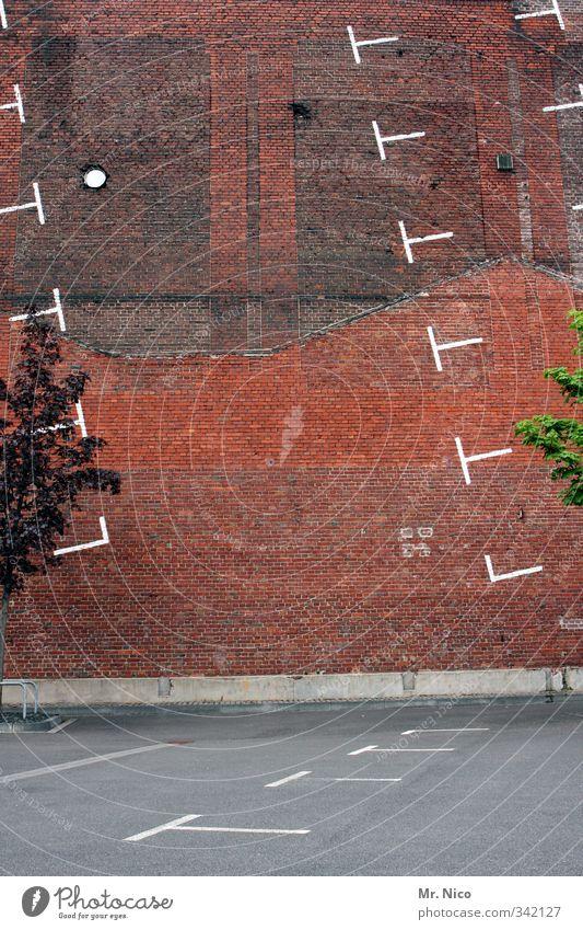 Parcours Stadt Pflanze Baum Wand Architektur Mauer Gebäude leer trist Neigung Bauwerk Verkehrswege Parkplatz parken Parkhaus Backsteinwand