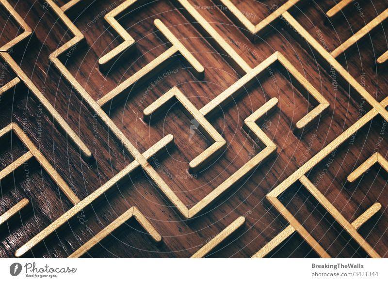 Holzbraunes Labyrinth-Labyrinth-Puzzle aus nächster Nähe Irrgarten Geduldsspiel Spielzeug hölzern Nahaufnahme erhöht hoch Winkel Ansicht schließen nach oben