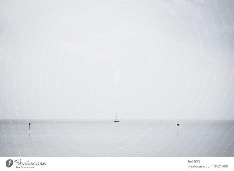 Segelboot auf ruhiger See Wassersport Wolkenloser Himmel Nordsee Segelschiff Morgen Ordnungsliebe ästhetisch Wege & Pfade Hafeneinfahrt Jachthafen Schifffahrt