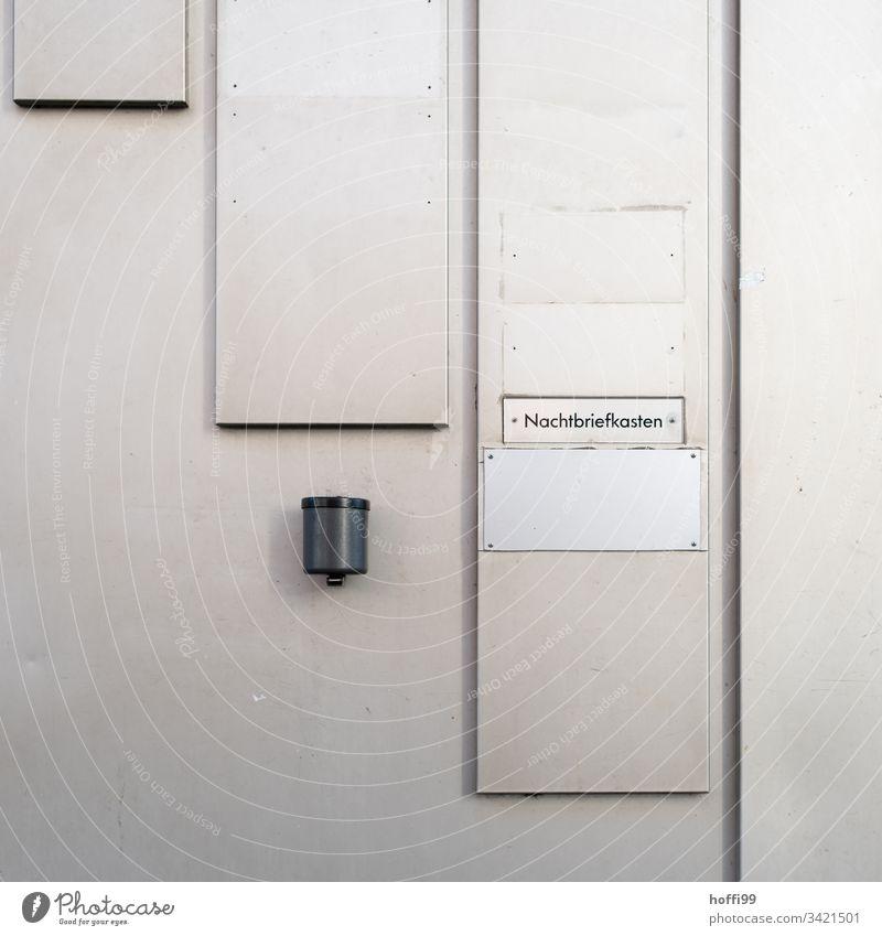 Nachtbriefkasten und Aschenbecher an einer Metallwand Industriebetrieb Wand Stahl Linie Architektur Fassade Strukturen & Formen minimalistischer Hintergrund