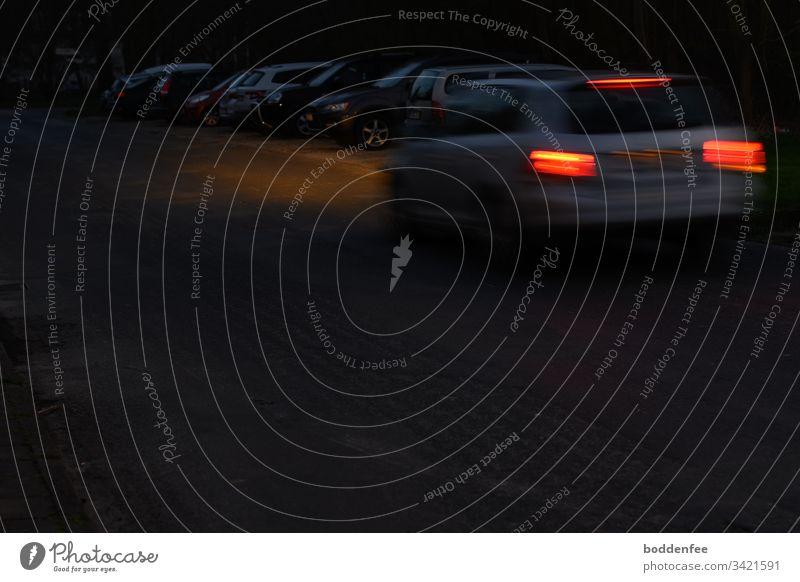 Autolichter - unscharf Abend Lichter Nachtaufnahme dunkel blau Menschenleer Außenaufnahme Bewegungsunschärfe Rücklichter