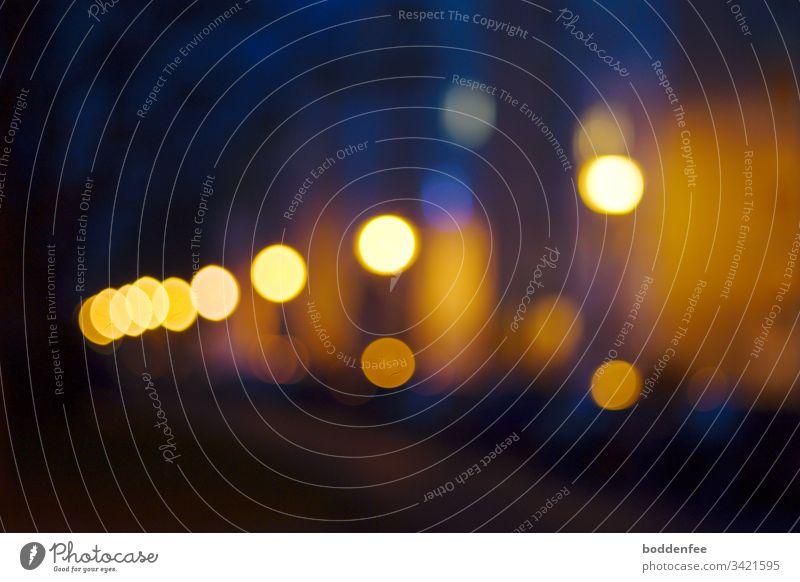 Straßenlaternen und Autolichter - unscharf Abend Lichter Nachtaufnahme dunkel blau Menschenleer Außenaufnahme