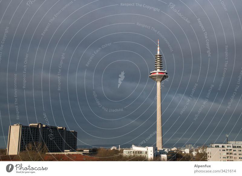 Geräusch | hessisches Donnerwedder Gewitterwolken Fernsehturm Frankfurt am Main Himmel Wolken Stadt Außenaufnahme Skyline Licht Farbfoto Hochhaus Menschenleer