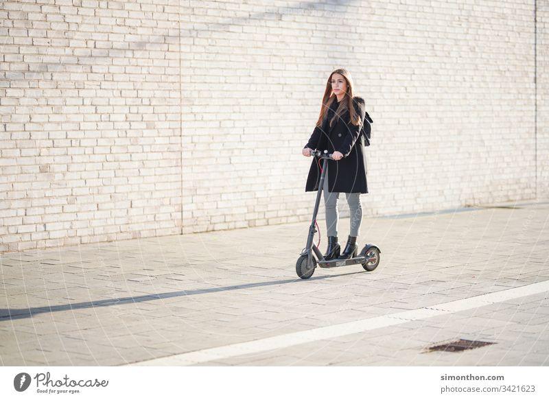 E-Scooter e-scooter mobilität elektro zukunft Farbfoto Außenaufnahme Verkehr Verkehrsmittel Mobilität Lifestyle Straße Zukunft Menschenleer Fortschritt
