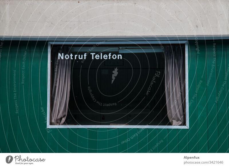 Vielleicht hilft's Notruf Telefon Telekommunikation Farbfoto Innenaufnahme Menschenleer retro Notfall Gardine Kommunizieren Textfreiraum unten Textfreiraum oben