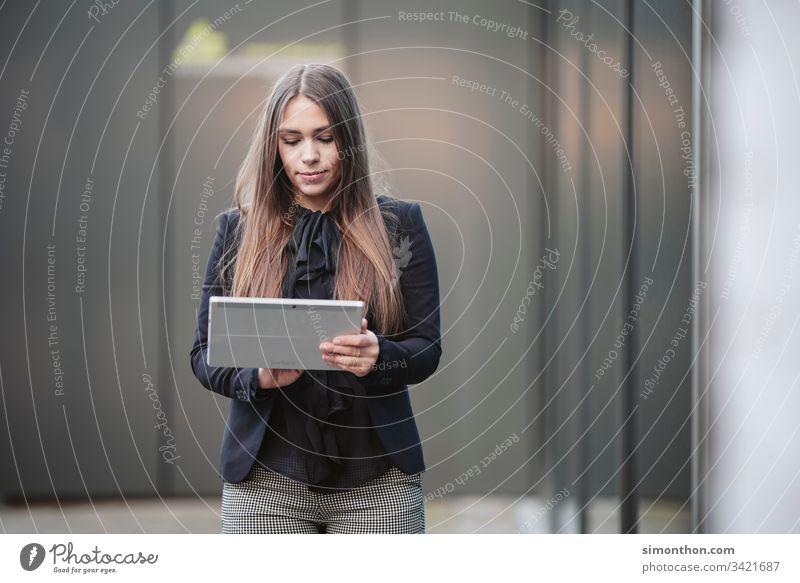 Portrait Schule feminin Business Team Arbeit & Erwerbstätigkeit Arbeitsplatz Prüfung & Examen Mittelstand Büroarbeit Medienbranche Werbebranche