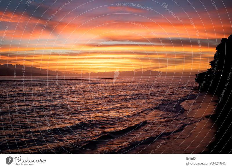 Sonnenuntergang über dem Ozean und der Küste Meer Meereslandschaft Landschaft hell farbenfroh pulsierend MEER Hawaii Küstenlinie Insel orange purpur Wasser blau