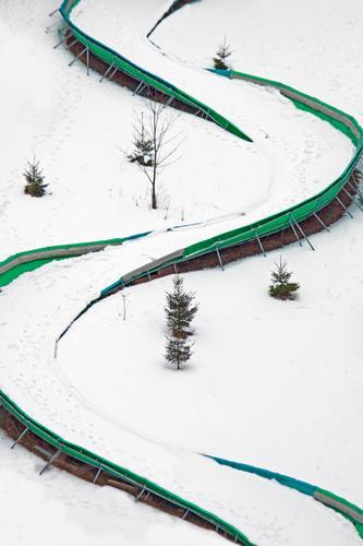 ganz schön rutschig_2 Ferien & Urlaub & Reisen grün weiß Freude Winter Berge u. Gebirge Schnee Sport Spielen Wege & Pfade Linie Eis Freizeit & Hobby elegant