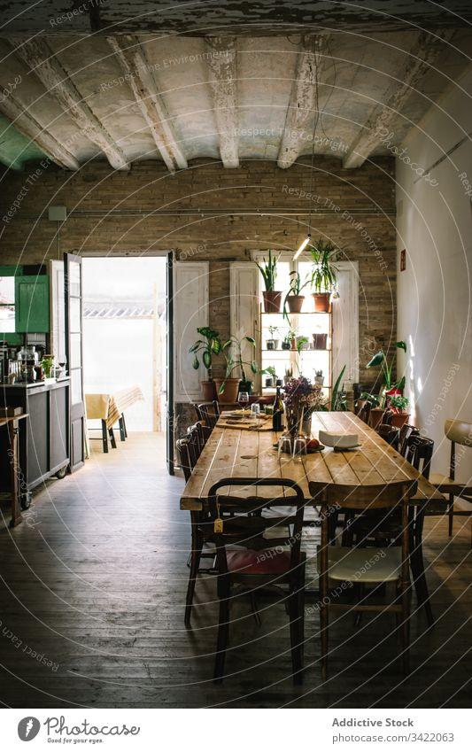 Einrichtung eines gemütlichen rustikalen Cafés mit Holzmöbeln Bar Innenbereich hölzern retro Tisch Stuhl Design Dekor Stil Restaurant Dekoration & Verzierung