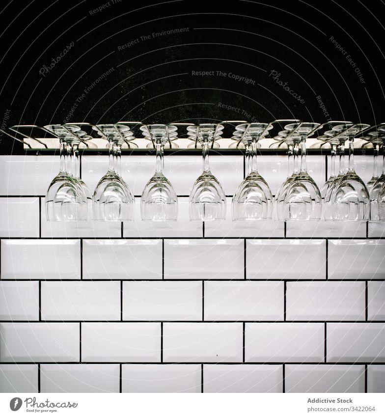 Saubere Gläser in der Bar hängen Glas Sauberkeit Wand Fliesen u. Kacheln altehrwürdig Weinglas glänzend durchsichtig Design weiß Innenbereich leer Stil trinken