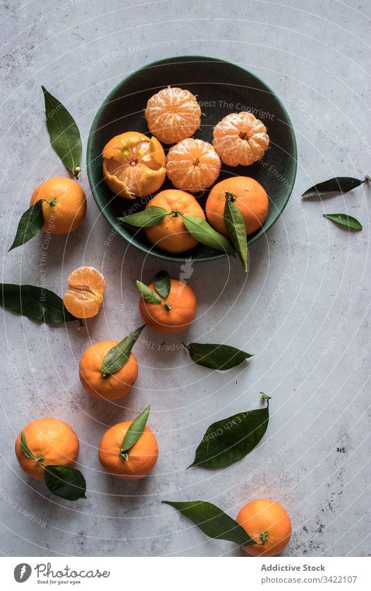 Frische Mandarinenfrüchte auf dem Tisch Frucht Zitrusfrüchte frisch orange natürlich sich[Akk] schälen Blatt Schalen & Schüsseln Lebensmittel geschmackvoll