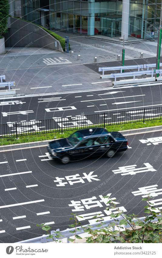 Auto fährt auf der Straße in der Stadt PKW Großstadt Markierung urban Asphalt modern Verkehr Fahrzeug Hieroglyphen reisen Tourismus Japan Asien schwarz Revier
