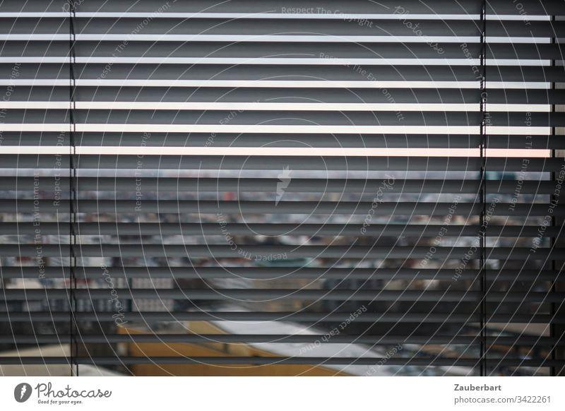 Blick durch Lamellen einer Jalousie auf Philharmonie, Berlin Fensterblick geschlossen Rollo Hauptstadt Berliner Philharmonie Quarantäne grau Resignation Stadt