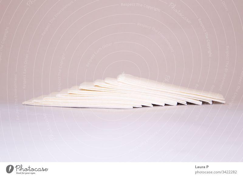 Serviettenstapel auf zartrosaem Hintergrund Winkel Dekoration & Verzierung Haufen Tisch Rudel Reinlichkeit hygienisch frisch Gesichtsbehandlung Objekt blanko