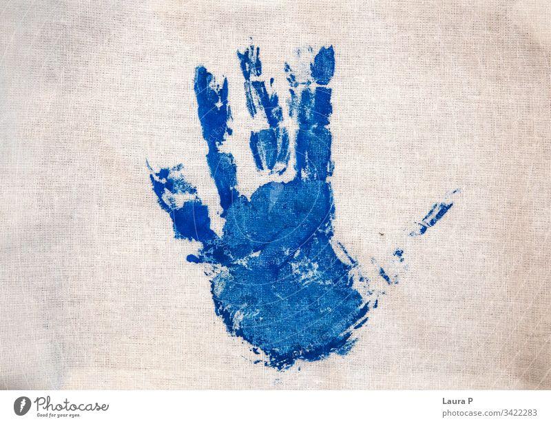 Blauer Kinderhandabdruck auf Stoff Hand Handabdruck mehrfarbig Farbfoto Geburtstag Karton Baby selbstgemacht Basteln Dekoration & Verzierung Geschenk Wert