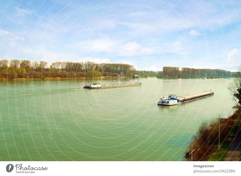 Containerschiffe für Export- und Import Geschäft sowie in der Logistik. Luftaufnahme von Handelsschiffen, die den Rhein in einem Gebiet Deutschlands in Mainz überqueren. Wasser Transport International.
