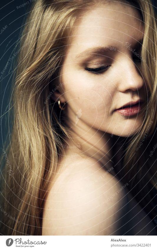 Seitliches Portrait einer jungen Frau Schlank körnung elegant Stil schön Leben Raum Junge Frau Jugendliche Gesicht 18-30 Jahre Erwachsene langhaarig beobachten