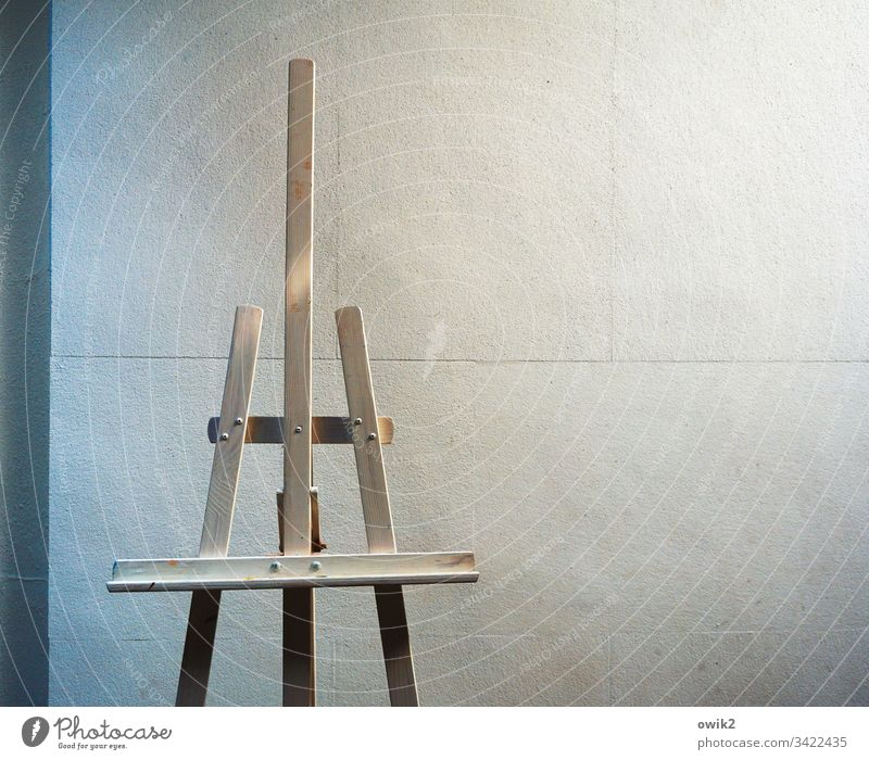 Keine Kunst Staffelei Gestell Holz leer stabil fest Wand stehen Textfreiraum oben Textfreiraum rechts Textfreiraum links Detailaufnahme Strukturen & Formen