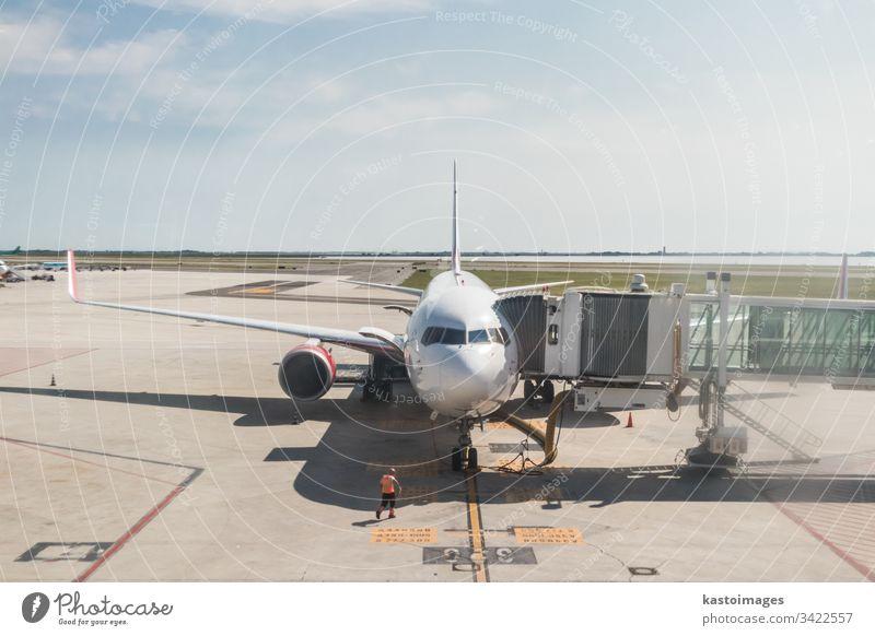 Modernes kommerzielles Passagierflugzeug im Flughafen-Terminalgebäude geparkt Flugzeug reisen Fluggerät Verkehr Transport Ebene Air Boarding Motor Rollfeld