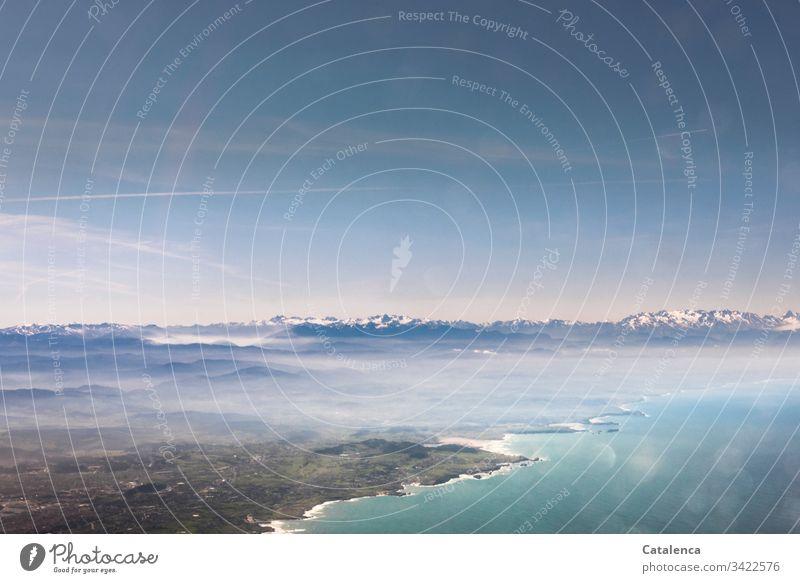 Blick aus dem Flugzeugfenster | corona thoughts Luftaufnahme Vogelperspektive Horizont Küste Meer Himmel Bergkette Dorf Stadt Wolken hoch Menschenleer