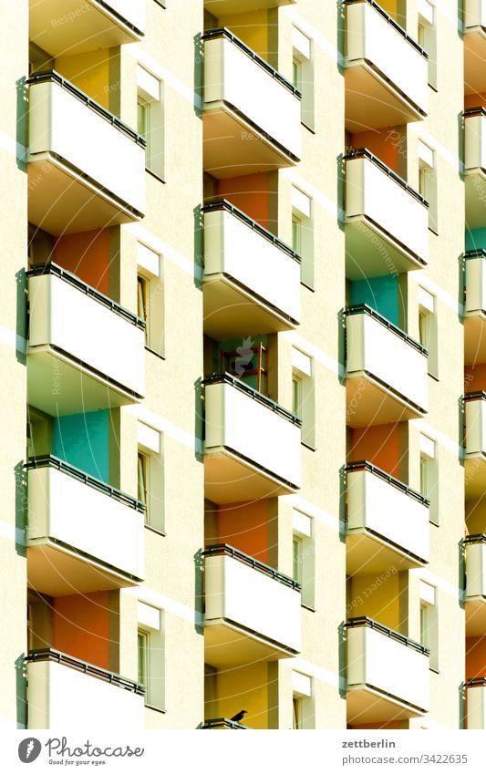 Fassade mit Balkonen architektur außen balkon berlin city deutschland etage froschperspektive hauptstadt haus himmel hochhaus innenstadt kreuzberg menschenleer