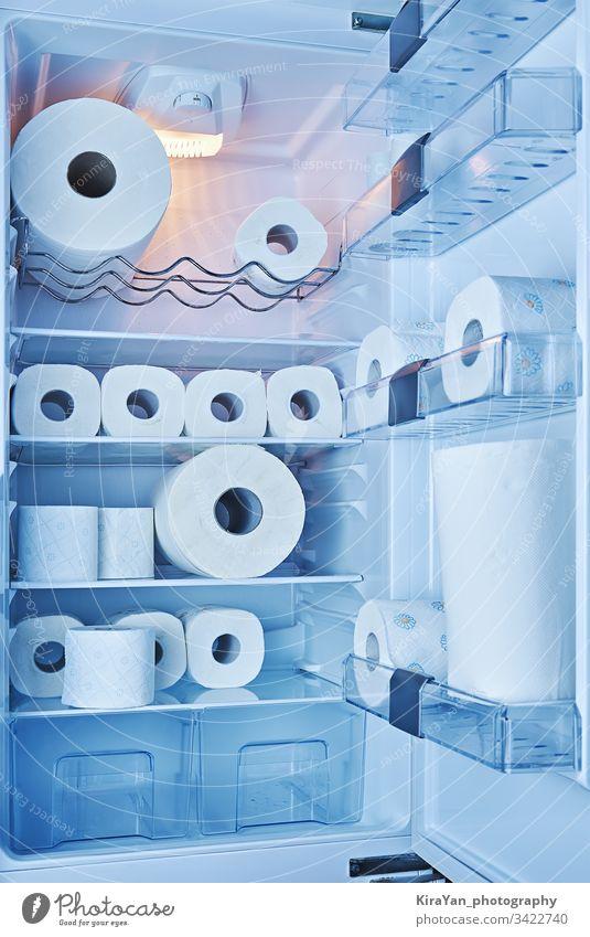 Vollständig gefüllter Toilettenpapier-Kühlschrank. Panik beim Kauf von Toilettenpapier in allen Ländern während der Verbreitung von COVID-19 Coronavirus