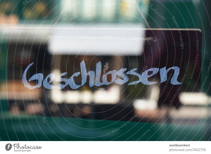 Geschlossen Schild geschlossen Deutsch Laden Deutschland Business Coronavirus Wirtschaft bankrott Fenster Glas Tür Eingang Krise geschäft schließung corona