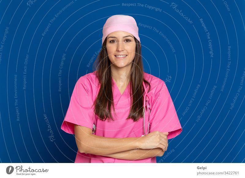 Junger Arzt mit rosa Uniform Krankheit Frau Brustkrebs Glück Lächeln freudig positiv entspannt Gesundheit Pflege überblicken Schal Stethoskop medizinisch Krebs