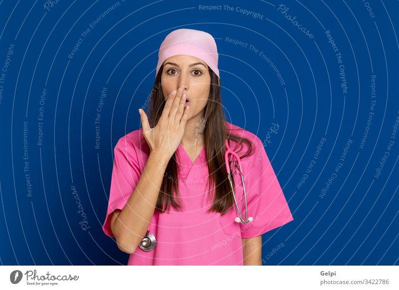 Junger Arzt mit rosa Uniform Krankheit Frau Brustkrebs stumm schalten Deckung Mund Stille Glück Lachen verbieten überrascht überraschend Gesundheit Pflege