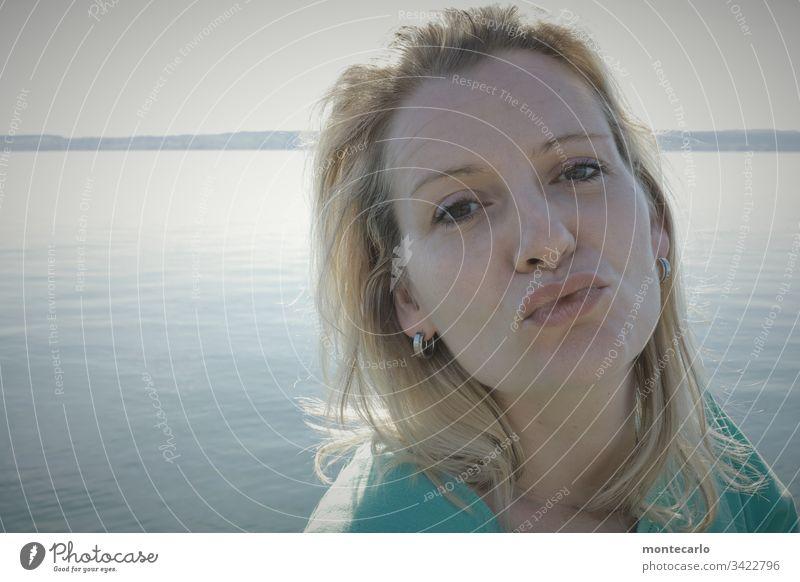 Junge Dame mit Kussmund erwartet einen Kuss natürlich blond warten Mensch 30-45 Jahre Junge Frau feminin Leben authentisch Zuversicht Porträt