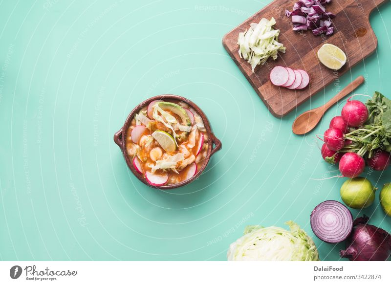 Pozole rotes typisch mexikanisches Essen Avocado Käse Hähnchen Peperoni farbenfroh Mais Maissuppe Küche kulturell Abendessen exotisch Lebensmittel Feinschmecker