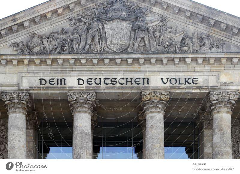 Reichstag mit Inschrift Berlin Sehenswürdigkeit Wahrzeichen Denkmal Himmel Hauptstadt Architektur Menschenleer Deutschland Stadt Stadtzentrum Außenaufnahme