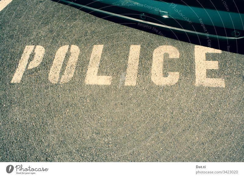 Polizei Parkplatz Asphalt Schriftzeichen Auto Boden Straße Beschriftung reserviert Police police car parking Street