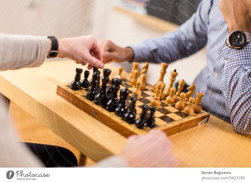 Schach spielender Mann Business Kaukasier Konkurrenz genießend Freunde Spiel Spielkunst Glück im Innenbereich Intelligenz Freizeit Lifestyle männlich Männer