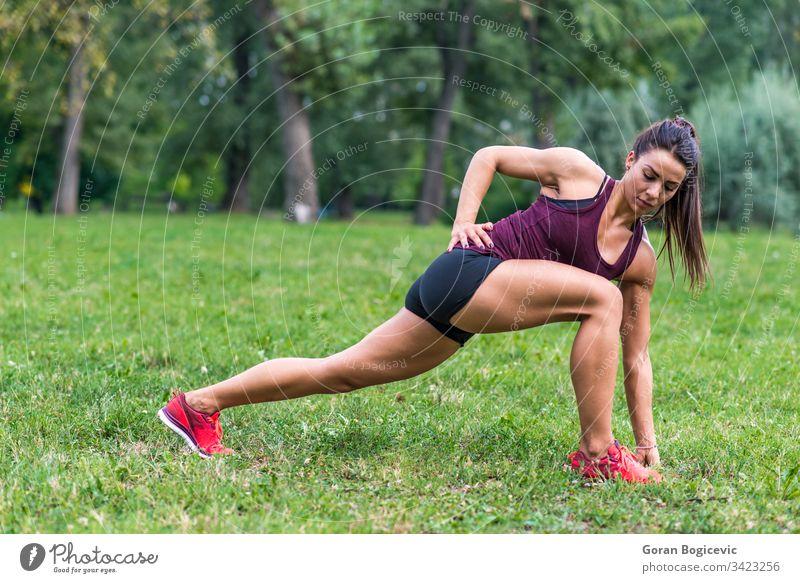 Junge Frau bei Übungen in einem Park Sommer im Freien Training Fitness Gras Wald grün Bewegung Person trainiert. Landschaft attraktiv Gesundheit sportlich