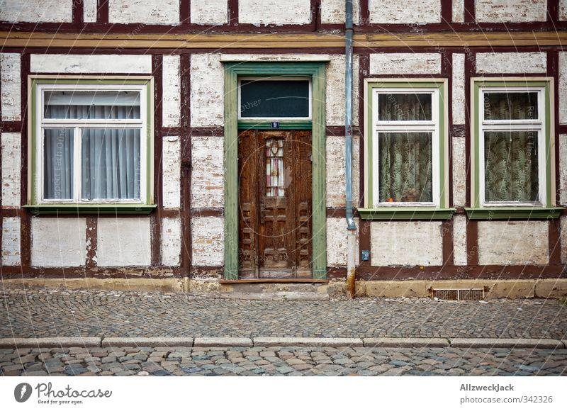 Party like it's 1979 Blankenburg Thüringen Dorf Altstadt Menschenleer Haus Architektur Fassade alt retro trashig Einsamkeit Fachwerkhaus Fachwerkfassade Gardine