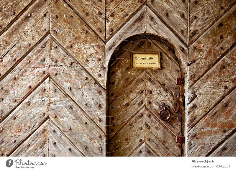 geschlossen Tür alt historisch braun Portal Beschläge Eingangstor Eingangstür verfallen Schnitzereien Farbfoto Außenaufnahme Menschenleer Tag Kontrast