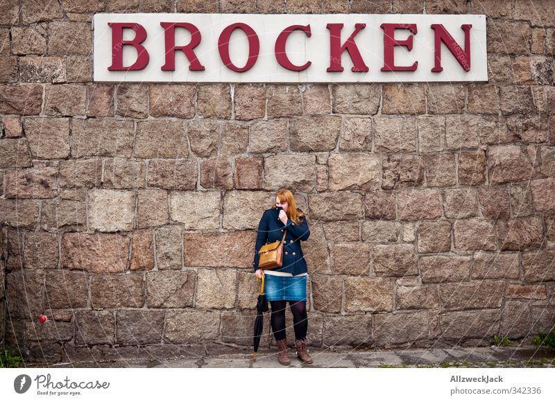 Brocken & Krümel Mensch Frau Jugendliche Junge Frau Erwachsene Berge u. Gebirge Wand feminin 18-30 Jahre Mauer wandern Schriftzeichen Buchstaben geheimnisvoll Typographie Sehenswürdigkeit