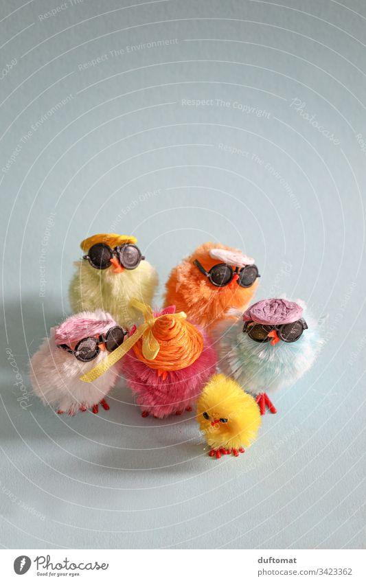Ostern, Bunte Gruppe von Deko-Hühnern mit coolen Sonnenbrillen Osterei Osterhase Osternest Nest Tradition Frühling Chicks Huhn Küken bunt Strohhut Osterfest