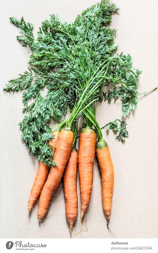 ein Bund Karotten mit grün Natur Gelberübe bäuerlich Bio Gemüse Möhre Möhrchen natürlich ländlich frisch Gesundheit Lebensmittel Vegetarische Ernährung